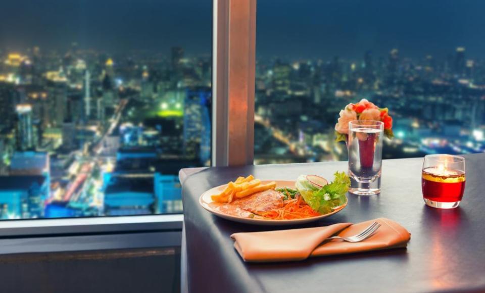 Comida en un rascacielos con vistas a la ciudad de Bangkok