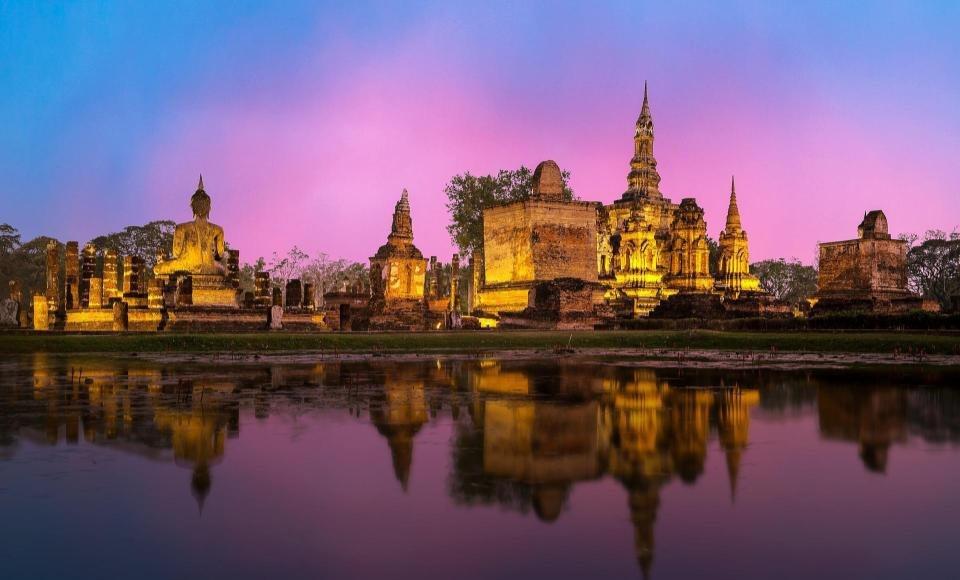 Parque histórico de Ayutthaya iluminado por la noche