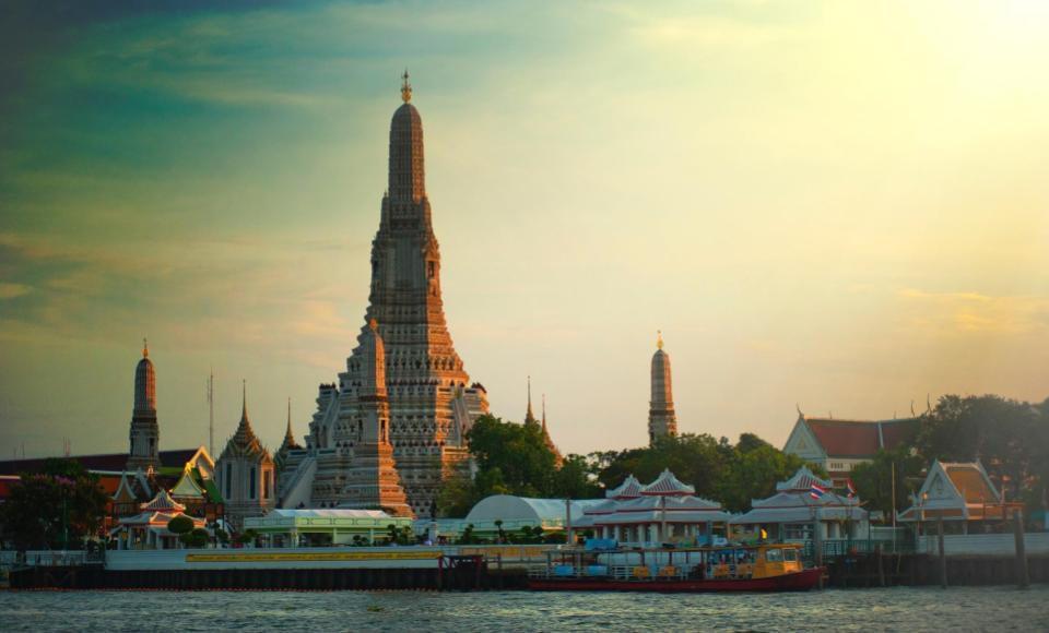 Wat Arun o templo del amanecer visto desde el río Chao Phraya