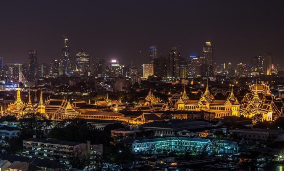 Gran palacio real de Bangkok iluminado por la noche