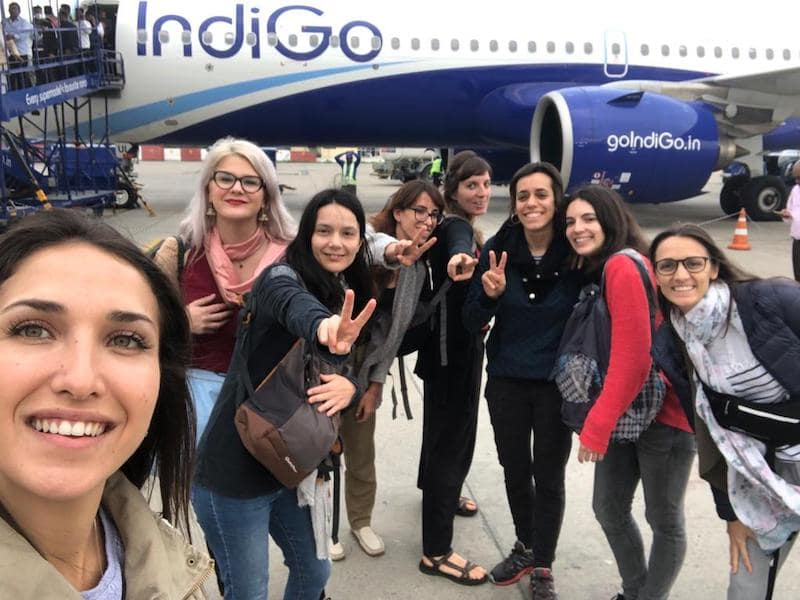 Viajeras cogiendo un vuelo en India